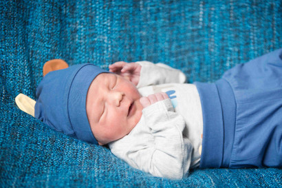 newborn-fotoshooting-krankenhaus-berlin-babyfotografie-kinder-fotoshooting-fotostudio-wohnung-zuhause-familie-mama-babyshooting-klinik-hospital-charite-geburt-04.jpg