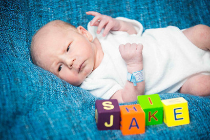 newborn-fotoshooting-krankenhaus-berlin-babyfotografie-kinder-fotoshooting-fotostudio-wohnung-zuhause-familie-mama-babyshooting-klinik-hospital-charite-geburt-09.jpg