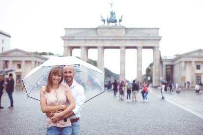 paarshooting-outdoor-location-berlin-fotostudio-brandenburger-tor-fernsehturm-geschenk-valentinstag-verlobung-fotoshooting-hochzeit-liebe-paar-weihnachten-geburtstag-couple-08.jpg