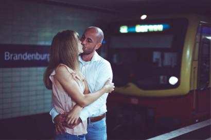 paarshooting-outdoor-location-berlin-fotostudio-brandenburger-tor-fernsehturm-geschenk-valentinstag-verlobung-fotoshooting-hochzeit-liebe-paar-weihnachten-geburtstag-couple-10.jpg