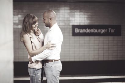 paarshooting-outdoor-location-berlin-fotostudio-brandenburger-tor-fernsehturm-geschenk-valentinstag-verlobung-fotoshooting-hochzeit-liebe-paar-weihnachten-geburtstag-couple-11.jpg
