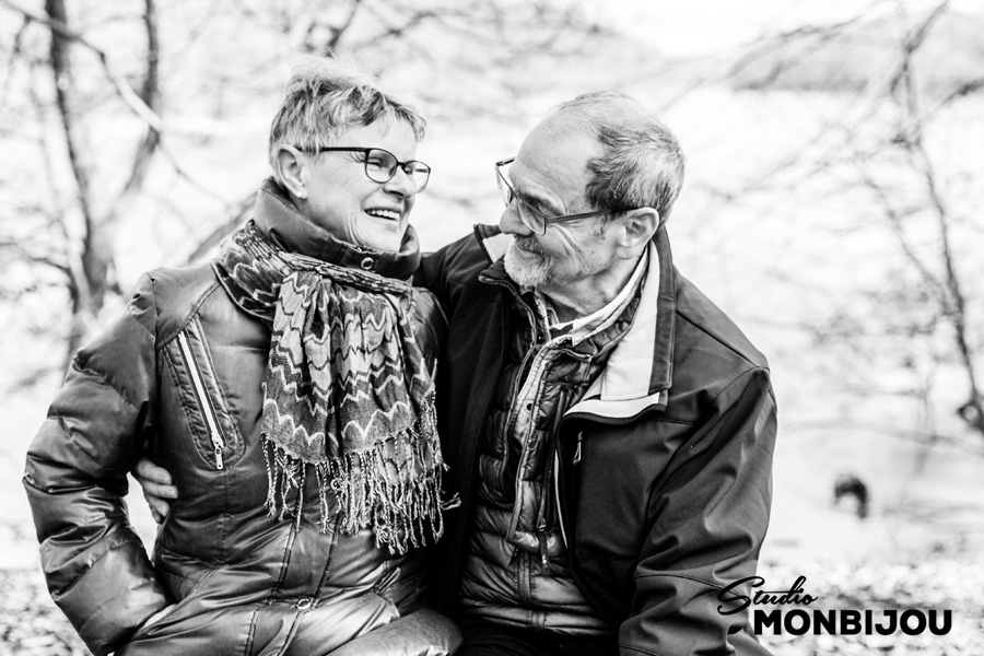 paarfotoshooting-berlin-brandenburg-outdoor-onlocation-geschenk-gutschein-eltern-grosseltern-opa-oma-familie-wald-paarshooting-fotoshooting-paerchen-verliebt-hochzeitstag-09.jpg